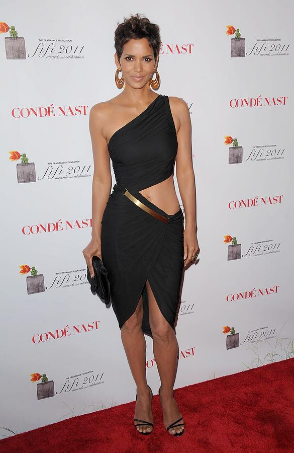 halle-berry-wearing-a-halston-dress-everett