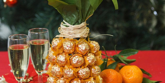 Creative-gift-wrap-ideas-champagne-sparkling-wine-bottle-chocolates-pineapple-639x325