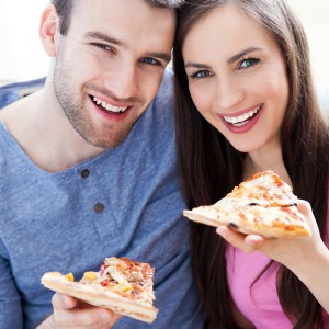 Couple-eating-pizza