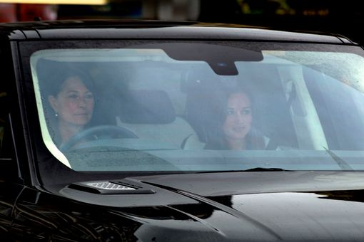 Carole-Middleton-and-sister-Pippa-arrive-at-Kensington-Palace (1)