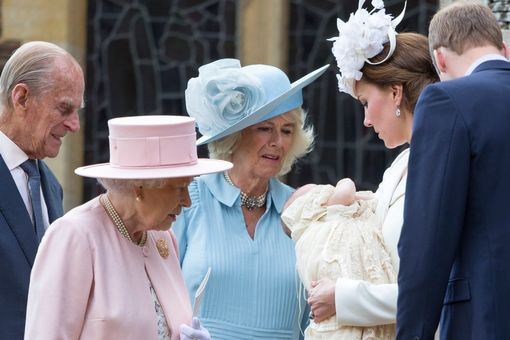 The-Queen-and-Kate-Middleton-talk-after-Princess-Charlottes-christening (1)
