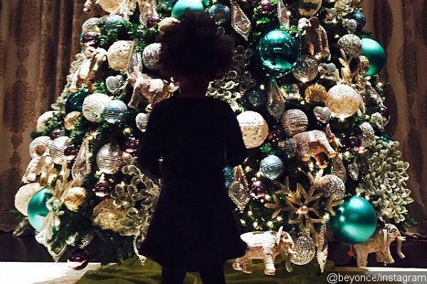 beyonce-shares-photo-of-blue-ivy-in-front-of-giant-christmas-tree
